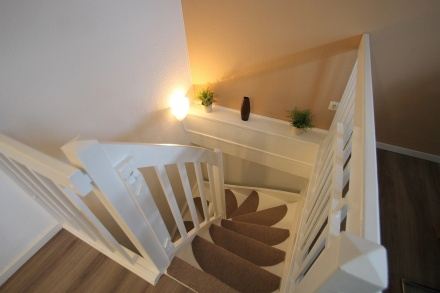Komfortable Treppe ins Souterrain mit Kindersicherung