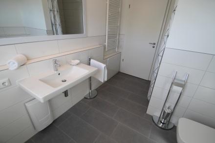 Großzügiges Duschbad mit Fußbodenheizung