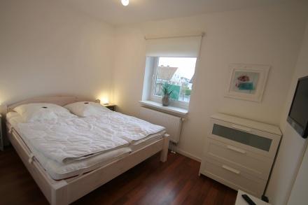Schlafzimmer 1 im Erdgeschoss mit TV